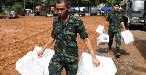 Sem encontrar meninos perdidos, polícia da Tailândia lança kits de sobrevivência em caverna