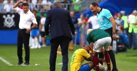 Placeholder - loading - Imagem da notícia Técnico do México reclama de arbitragem e diz que não se pode permitir 'tanta palhaçada' de Neymar