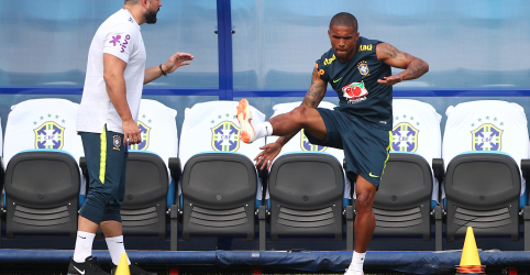 Douglas Costa volta aos treinos do Brasil e pode ser opção contra Bélgica