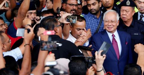 Placeholder - loading - Imagem da notícia Ex-premiê da Malásia é acusado de corrupção semanas depois de perder eleição