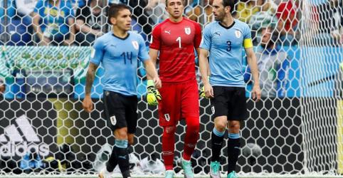 Placeholder - loading - Imagem da notícia Godín elogia 'leões' do Uruguai e perdoa goleiro Muslera por falha contra França