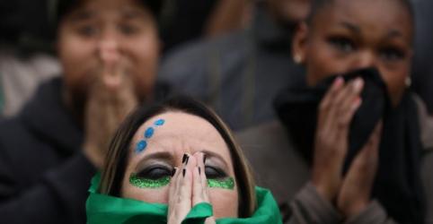 Placeholder - loading - Imagem da notícia Torcedores brasileiros lamentam adiamento de sonho do hexa e apostam em amadurecimento de geração