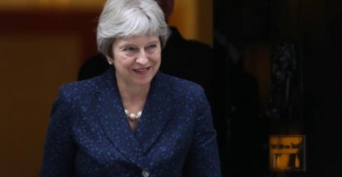 Placeholder - loading - Imagem da notícia Ministros eurocéticos renunciam e afetam planos de premiê britância para saída da UE