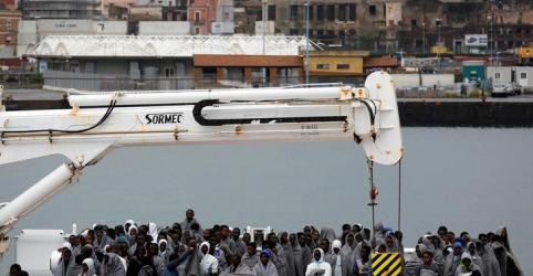 Itália recusa barco com imigrantes e aumenta pressão sobre aliados da UE