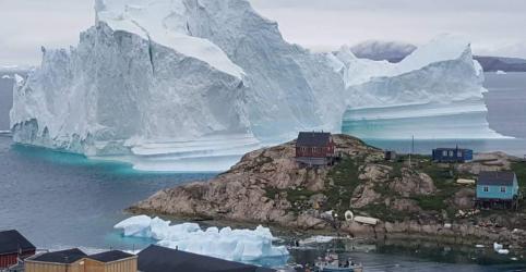 Placeholder - loading - Imagem da notícia Enorme iceberg se aproxima de vilarejo na Groenlândia e provoca temores de tsunami