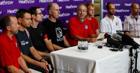 Placeholder - loading - Imagem da notícia Mergulhadores britânicos dizem se sentir aliviados, não heróis, após resgate na Tailândia