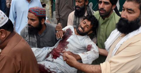 Ataque suicida em comício no Paquistão deixa 128 mortos