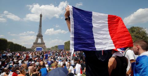 """Milhares de torcedores franceses se reúnem em Paris à espera de vitória dos""""Bleus"""""""