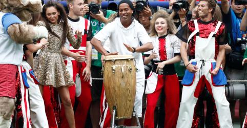 Will Smith comanda encerramento da Copa, Ronaldinho Gaúcho faz participação especial