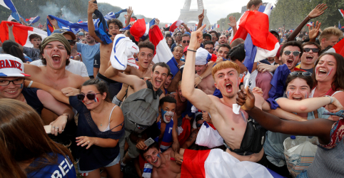 De Paris a Moscou, torcedores franceses enlouquecem com vitória na final da Copa do Mundo