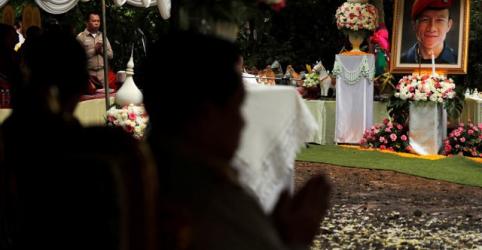 Tailandeses fazem cerimônia para agradecer espíritos da caverna por salvarem meninos