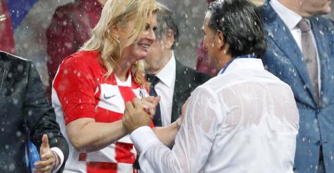 Placeholder - loading - Imagem da notícia Encharcada mas sorridente, presidente da Croácia conquista admiradores na final da Copa do Mundo