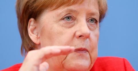 Merkel promete continuar no cargo e trabalhar em relação 'sob pressão' com EUA