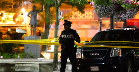 Homem armado mata 2 pessoas, fere 12 em rua de Toronto e é encontrado morto