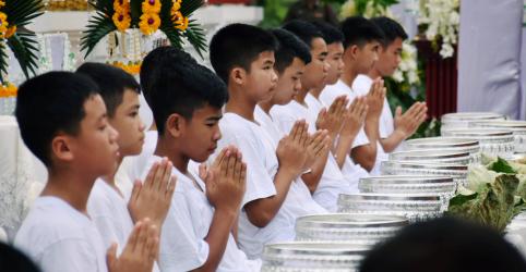 Meninos tailandeses resgatados de caverna iniciam cerimônia para se tornarem aprendizes de monges
