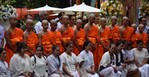 Meninos resgatados em caverna tailandesa viram aprendizes de monges em homenagem a mergulhador morto
