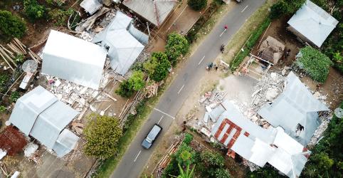Turistas ficam presos nas encostas de vulcão após terremoto na Indonésia