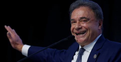 Placeholder - loading - Imagem da notícia Alvaro Dias é aclamado candidato do Podemos e anuncia que convidará Moro para ministro da Justiça