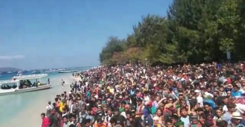 Turistas fogem de ilha da Indonésia após terremoto que matou 98 pessoas