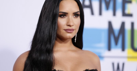 Placeholder - loading - Imagem da notícia Demi Lovato diz que continuará lutando contra vícios após internação