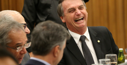 Placeholder - loading - Imagem da notícia Bolsonaro promete abrir arquivos do BNDES e da Petrobras e diz que terá militares em ministérios