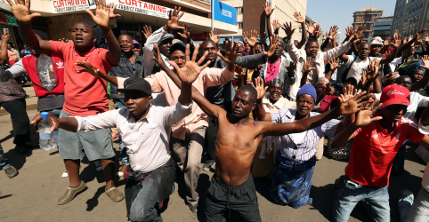 Placeholder - loading - Imagem da notícia Tribunal do Zimbábue liberta opositores acusados de violência após eleição