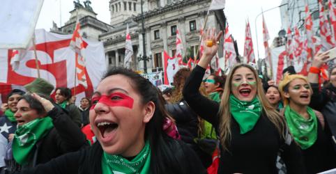 Placeholder - loading - Imagem da notícia Senadores da Argentina debatem lei do aborto em meio a manifestações a favor e contra