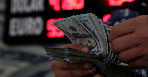 Placeholder - loading - Imagem da notícia Dólar salta e chega a bater R$3,87 em dia de aversão ao risco no exterior com Turquia