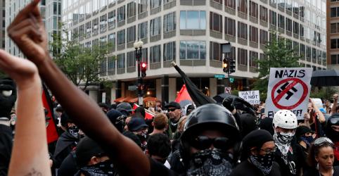 Placeholder - loading - Imagem da notícia Marcha de nacionalistas brancos em Washington é recebida por milhares de opositores