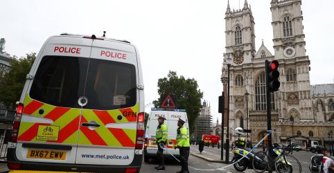 Homem é preso suspeito de terrorismo após atropelar pedestres perto do Parlamento britânico