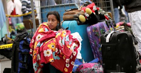 Venezuelanos desesperados ignoram nova exigência de passaporte para entrar no Equador