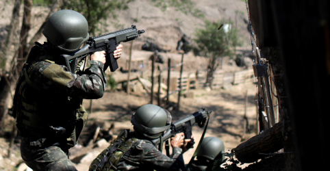 Dois militares e 5 suspeitos morrem em operação com milhares de soldados em favelas do Rio