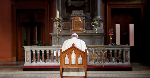 Placeholder - loading - Imagem da notícia Ex-autoridade do Vaticano diz que papa deveria renunciar por crise de abusos sexuais