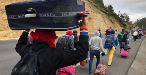 Placeholder - loading - Imagem da notícia A pé, venezuelanos mais pobres buscam vida melhor na América do Sul