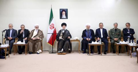 Líder supremo do Irã pede que Rouhani e ministros resolvam problemas econômicos