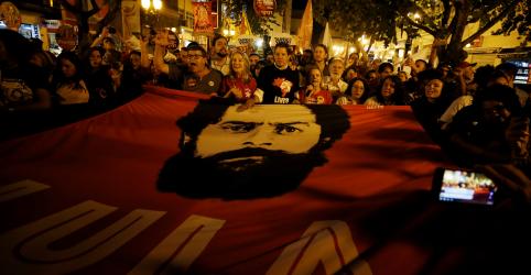 Placeholder - loading - Imagem da notícia TSE suspende veiculação de propaganda do PT no rádio e na TV com Lula como candidato