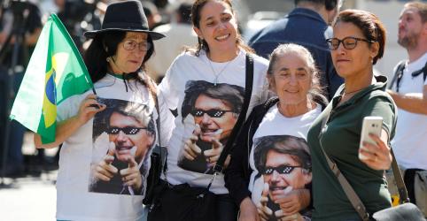Placeholder - loading - Imagem da notícia Bolsonaro 'provavelmente' não poderá mais ir para rua fazer campanha, diz filho do candidato