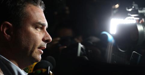 Placeholder - loading - Imagem da notícia Bolsonaro fará campanha via internet, quando tiver condições, diz filho Flavio