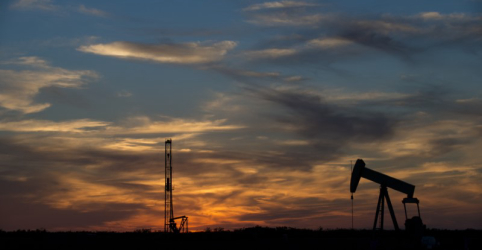 Placeholder - loading - Imagem da notícia Petróleo Brent oscila perto de US$80 o barril com temores sobre oferta