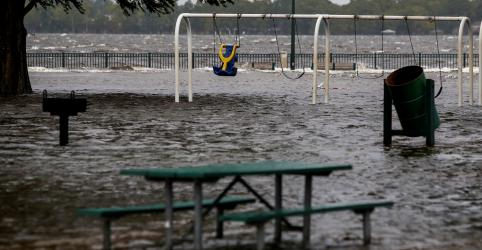 Furacão Florence toca o solo na Carolina do Norte com ventos de 150 km/h