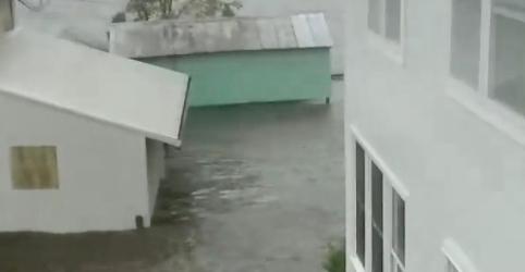 Furacão Florence chega aos EUA e ameaça inundar Estados inteiros