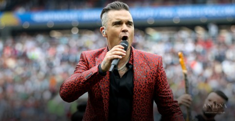 Robbie Williams explica gesto durante abertura da Copa do Mundo