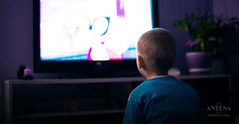 Médicos americanos recomendam que crianças fiquem menos tempo de frente para as telas