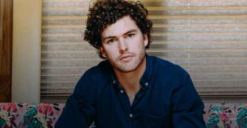 "Placeholder - loading - Assista ao clipe de ""Saturday Sun"", de Vance Joy"