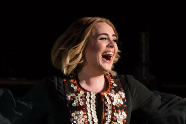 Adele faz show no Festival de Glastonburry Background