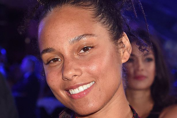 Alicia Keys aparece sem maquiagem no VMA e rebate críticas Background
