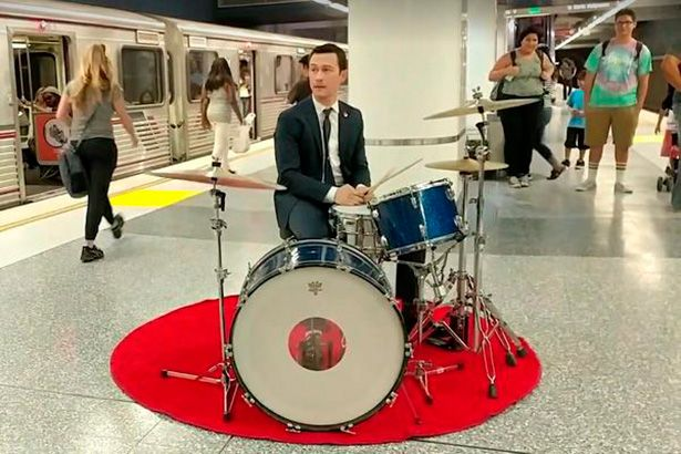 Joseph Gordon-Levitt toca bateria no metrô de L.A Background