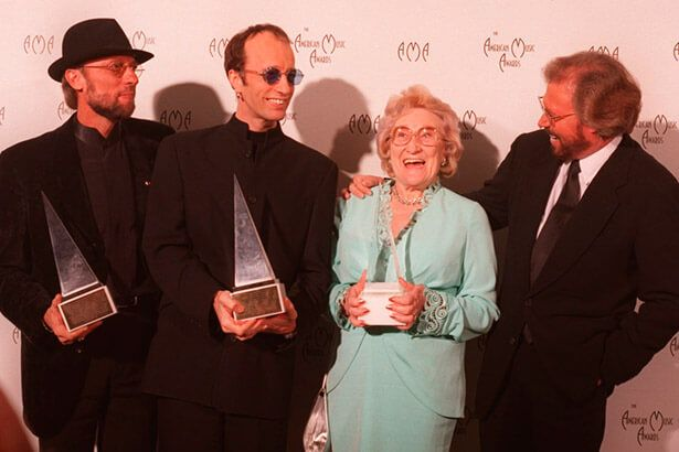 Placeholder - loading - Imagem da notícia Mãe dos Bee Gees, Barbara Gibb, morre aos 95 anos