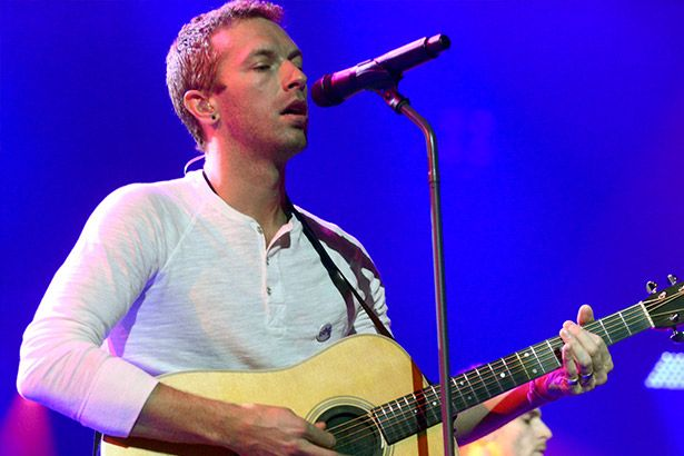 Chris Martin presta homenagem a Prince Background