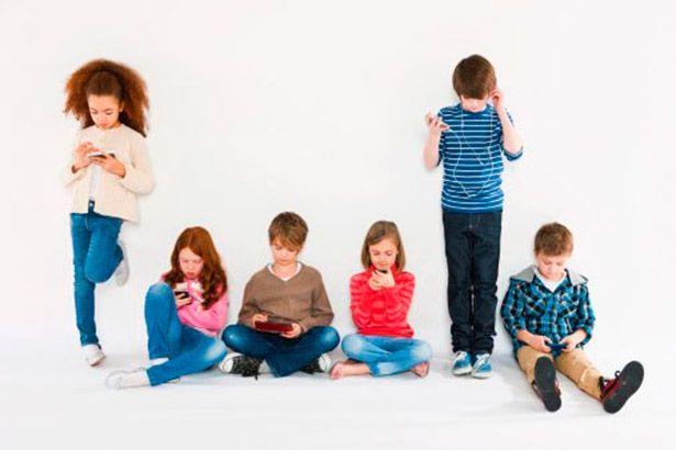 Crianças que usam smartphones e tablets com frequência dormem menos Background